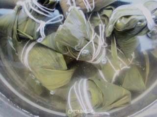八宝蜜枣粽,粽子放入蒸锅中,水没过粽子,一次加满冷水就开始大火煮,水烧开后转小火煮40分钟