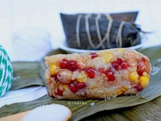 八宝蜜枣粽,八宝粽果然最丰富,吃不完的可以放入冰箱冷冻保存