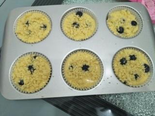 藍莓酥粒蛋糕,鋪上酥粒。