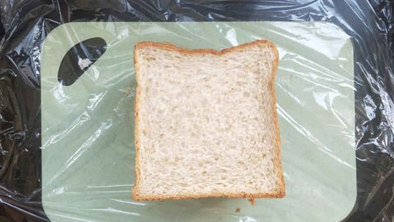 金枪鱼沙拉三明治,最后放一片吐司,我总共放了四片吐司。也可以用三片。内部材料分开夹,这个完全可以按自己喜欢来。