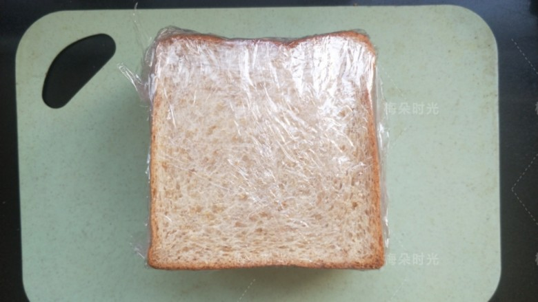 金枪鱼沙拉三明治,最后用保鲜膜包裹好。