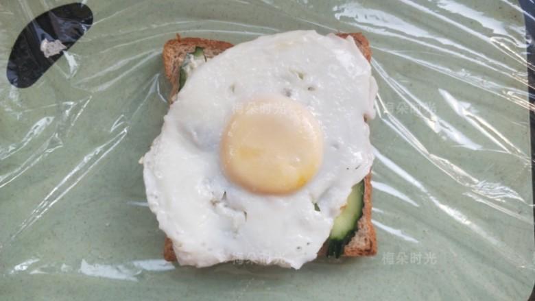 金枪鱼沙拉三明治,摆上煎蛋,蛋黄尽量放在中心线位置。