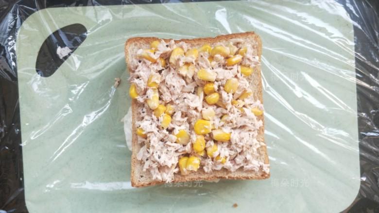 金枪鱼沙拉三明治,再放一片吐司。把金枪鱼沙拉铺上。