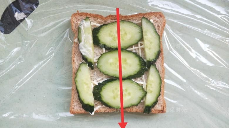 金枪鱼沙拉三明治,把黄瓜摆上。最后要在红线部位切开,所以为了切面好看,注意摆放位置。