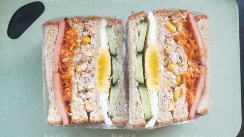 金枪鱼沙拉三明治,用锯齿面包刀从中间切开。