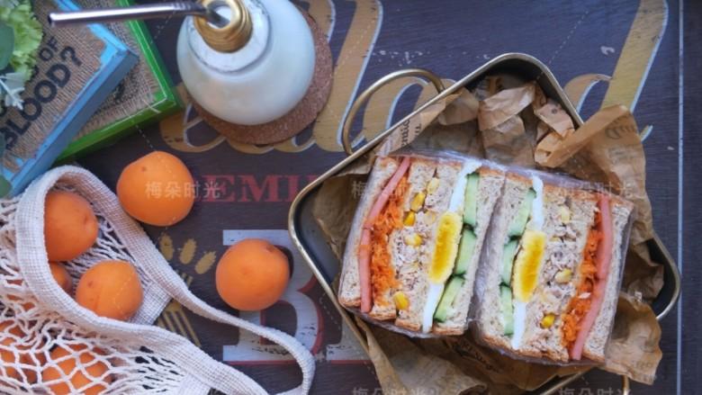 金枪鱼沙拉三明治,搭配牛奶,做早餐。超大份。超满足。😁