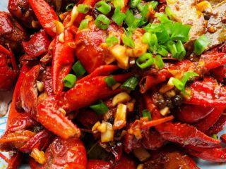 麻辣小龙虾,出锅后撒点葱花即可