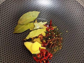 麻辣小龙虾,生姜、干辣椒和各种香料下锅爆香