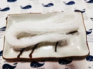 粉丝蒜泥虾,取细粉丝一把,放入锅中煮熟