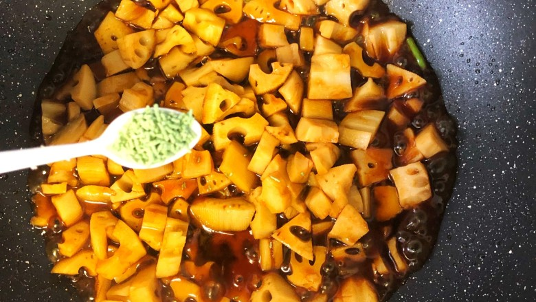 糖醋藕丁,加少许鸡精,翻炒至入味大火收汁。