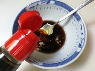 凉拌黄瓜百叶丝,放入半小勺香油,半小勺糖搅匀