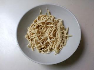 凉拌黄瓜百叶丝,百叶捞出来沥掉水放入碗中
