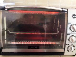 宝宝健康食谱  美味小零食夹心海苔,把做好的海苔放入预热好的烤箱里,上下火150W,烤15分钟