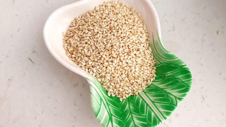 宝宝健康食谱  美味小零食夹心海苔,把炒好的熟芝麻晾凉备用
