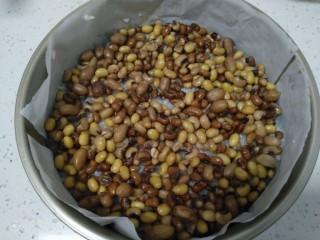 家庭版甑糕,再铺一层花生、黄豆、花红豆。