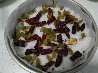家庭版甑糕,再铺一层红枣、葡萄干,依次类推,大概铺了7层。