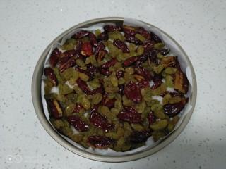 家庭版甑糕,最后铺上红枣、葡萄干。