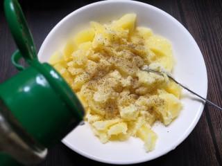 香烤土豆塔,加入适量胡椒粉。