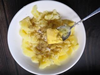香烤土豆塔,加入黄油。