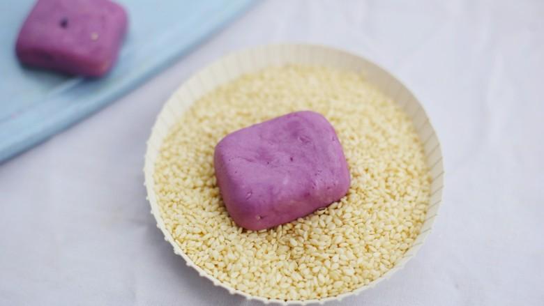 香甜软糯的奶香紫薯芝麻方饼,裹上白芝麻。