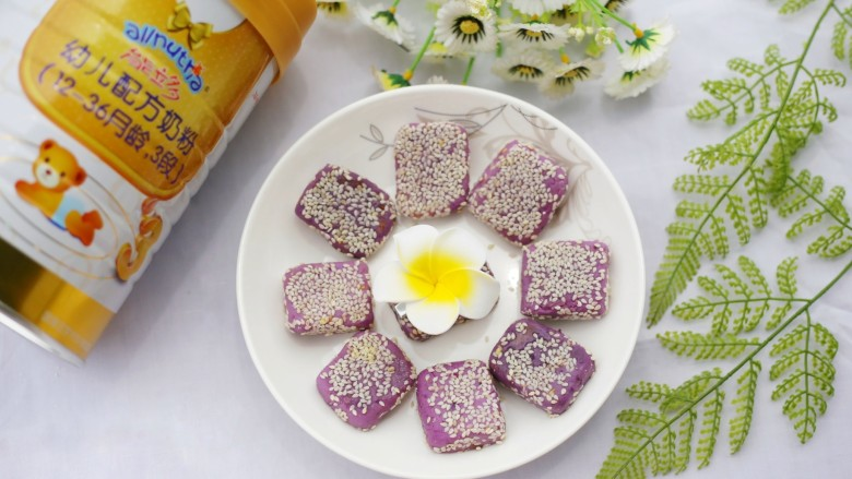 香甜软糯的奶香紫薯芝麻方饼,成品。
