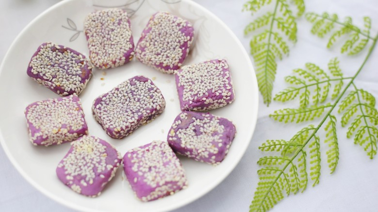 香甜软糯的奶香紫薯芝麻方饼,趁热吃口感超赞~