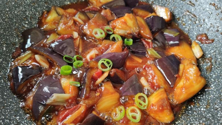 西红柿烧茄子,最后撒上葱末即可。