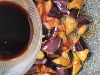 西红柿烧茄子,翻炒一会儿,放入调好的酱汁。(一勺生抽,半勺糖,半勺蚝油)