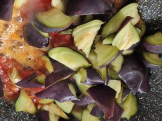 西红柿烧茄子,将茄子捞出挤干水后放入锅中