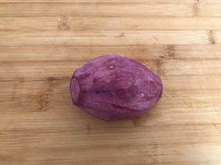 酸奶紫薯泥,将紫薯洗净去掉皮