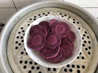 酸奶紫薯泥,放入蒸锅中蒸熟