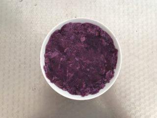 酸奶紫薯泥,倒入碗中 压平