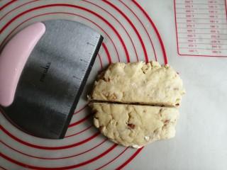 什锦坚果司康饼,用手压扁平一点,用刮刀切成两半。