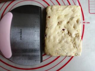 什锦坚果司康饼,整理成1.5CM厚的长方形。