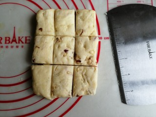 什锦坚果司康饼,切成9等份