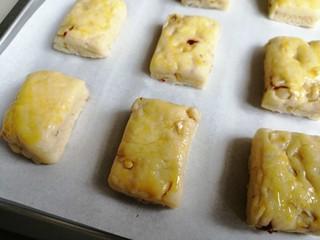 什锦坚果司康饼,表面刷上全蛋液。