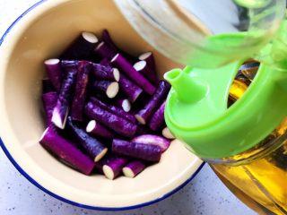 蒜蓉茄子芝麻菜,滴少许食用油