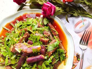 蒜蓉茄子芝麻菜,装盘