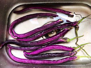 蒜蓉茄子芝麻菜,茄子买回来先清水里浸泡一下