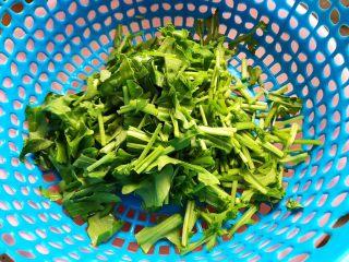 蒜蓉茄子芝麻菜,这期间我们来处理芝麻菜,用饮用水洗净之后切碎,控干水分