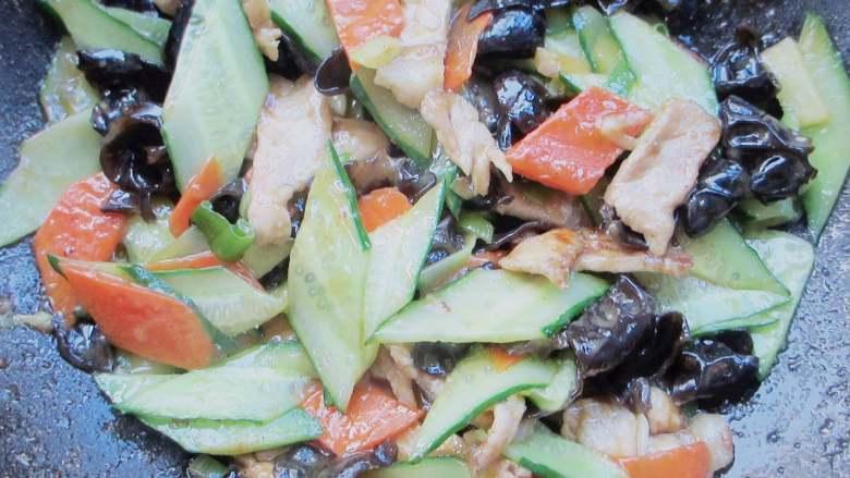 木耳炒肉,调入酱油、盐、鸡粉和适量薄薄的水淀粉稍微炒一会儿即可