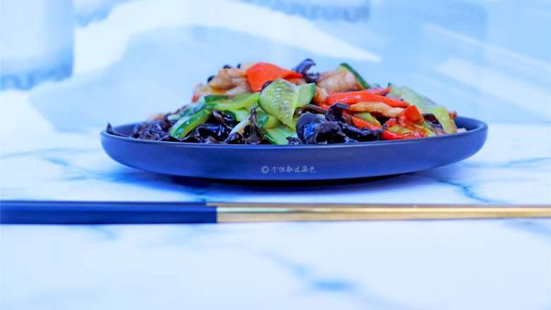 木耳炒肉,这是超级诱人的一道家常菜。黄瓜口感的清新加上猪肉味道的鲜美,绝对是宴客菜里的必备菜之一