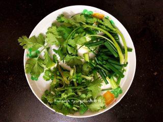 鲈鱼焖豆芽,这时把配菜都切成段,备用