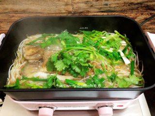 鲈鱼焖豆芽,最后把所有的配菜都铺上鲈鱼上,盖上盖子就完成了