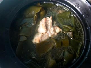 海带炖排骨,烧开后倒入砂锅。