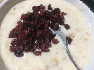 香蕉酸奶冰棒,再加入切好的蔓越莓干,混合均匀;