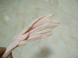 泡鸭爪,鸭爪用剪刀去掉爪子,清洗干净备用