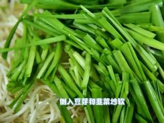 好吃又简单的清爽小炒,5分钟搞定,倒入豆芽和韭菜炒软。