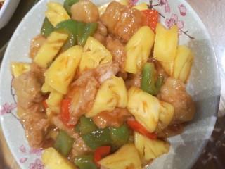 菠萝咕咾肉,锅里倒入番茄酱、少许水,少许生抽,几滴醋 盐,糖,倒入青红椒,菠萝,炸好的酥肉 均匀的裹上汁儿