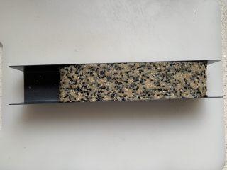黑白芝麻酥块,放入模具中整理成长方形,冷冻1.5小时左右,直到变硬。